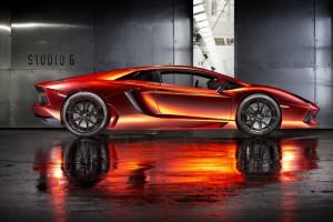Schönheit: PRINT TECH aus München verpassen dem Aventador eine Folierung aus Orange-Rot-Chrom und gebürstetem Schwarz.
